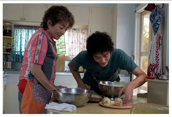 夏威夷男孩-leo and pipi in kitchen.jpg