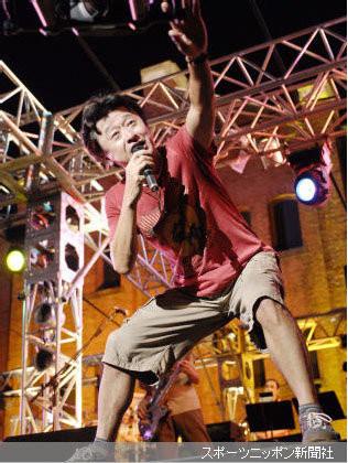 桑田佳祐在舞台.jpg