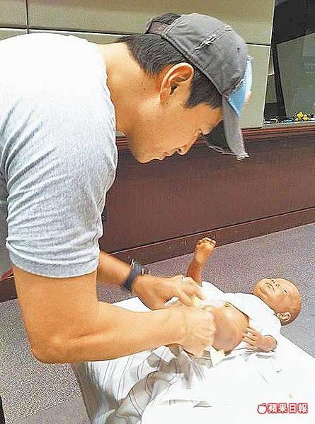 電眼女郎林熙蕾(蕾蕾)老公楊晨學習包尿布.jpg