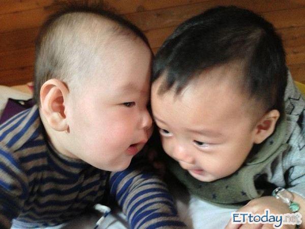 郭人豪兒子郭小邁(左)與阿Ben兒子白開水嬰兒對話,小邁吵架吵輸還大哭