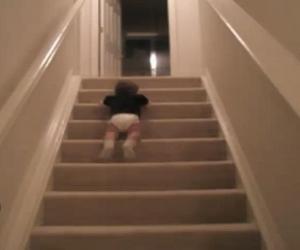 這名小寶寶為了能夠快點喝到牛奶,決定用「滑落」的方式下樓.jpg