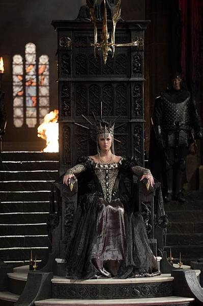 snow-white-huntsman-queen-ravenna