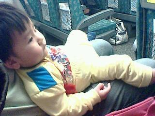 另一常搭的交通工具--高鐵~坐得多慵懶阿!XD