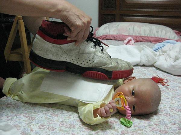怕石頭不夠力~舅舅的大鞋子也上場了~我是身長的2/3呢!!XD~舅~該洗ㄧ下鞋了吧!!