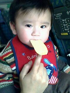真愛作怪~吃餅乾不好好吃~XD