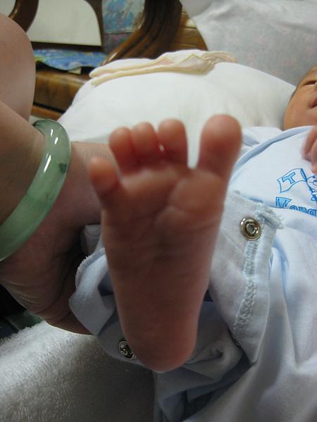 大阿姨~就是要拍我的小腳ㄚ~