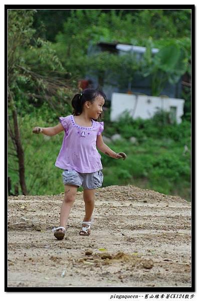 玩泥巴的小女孩.jpg