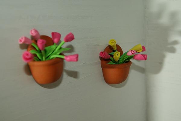 掛著兩盆花的白色牆面….jpg