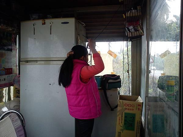 小蝴蝶幫媽媽開門做生意