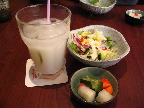 飲料跟小菜還有沙拉的合照