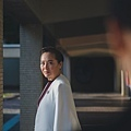 《藍色項圈》愛迪生中學校長/恬妞 飾
