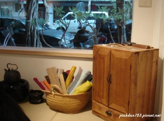 紙捲和木櫃.JPG