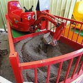 可愛的孩童挖土機