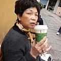 鴨桃媽咖啡不離手