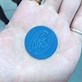 是藍色的圓牌