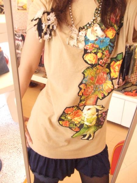 卡奇色兔兔賣花上衣