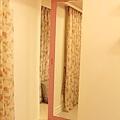 隔門後面是桃紅鏡子