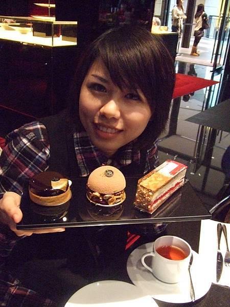文會心裡比這些蛋糕還甜呢!!