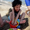 他完全不讓腳碰到沙