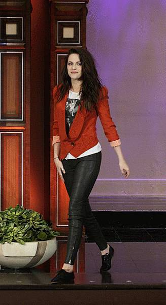 Kristen on Tonight Show-20120504 (2)