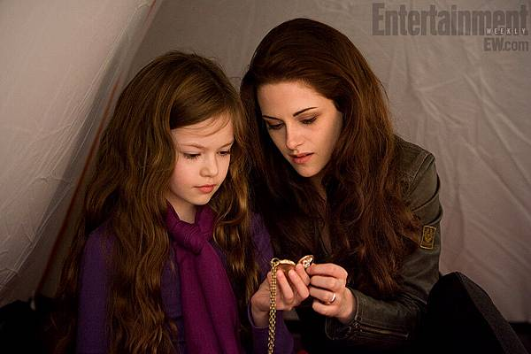 Kristen Stewart (Bella) and Mackenzie Foy (Renesmee)-20120807