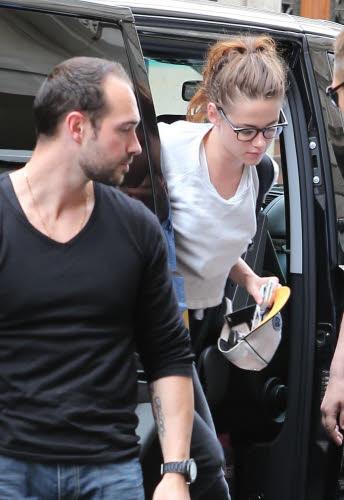 Kristen 前往香奈兒巴黎時裝周 Arriving Paris -20130701 (4).jpg