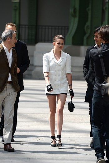 Kristen 出席巴黎時裝週「The Chanel Fall Couture Show」 -20130702 (21).jpg