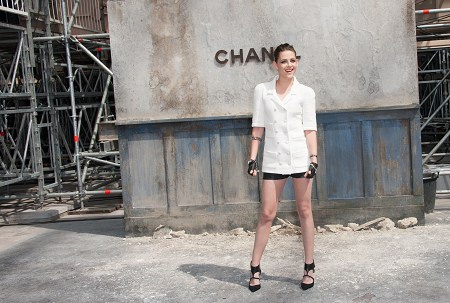 Kristen 出席巴黎時裝週「The Chanel Fall Couture Show」 -20130702 (22).jpg