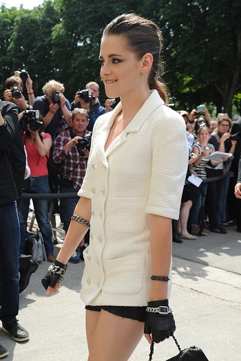 Kristen 出席巴黎時裝週「The Chanel Fall Couture Show」 -20130702 (6).jpg