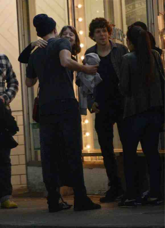 Robert Pattinson, Mia Wasikowska and Jesse Eisenberg 在多倫多相偕外出-20130722(1).jpg