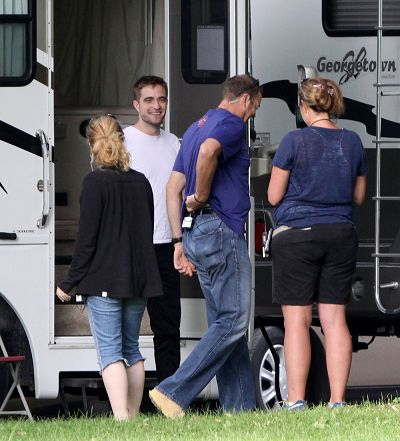 Robert Pattinson filming on the set-20130722 (9).jpg