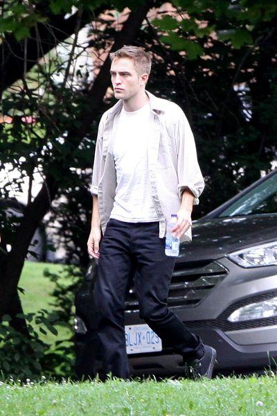 Robert Pattinson filming on the set-20130722 (14).jpg
