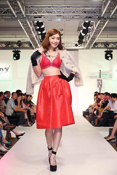 王尹平穿Audrey華麗流行款一套2460元