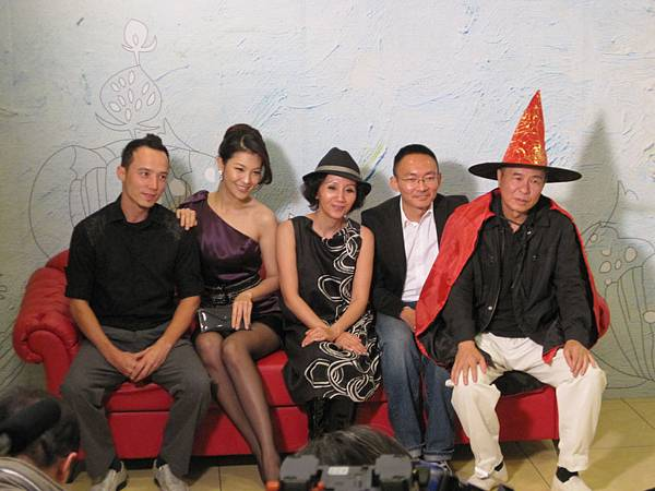 左起:艾比、林若亞、陸弈靜、導演何蔚庭、導演侯孝賢