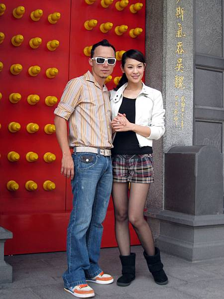 兩人在廟前甜蜜合影