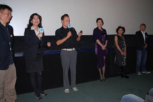 艾比在映後問答,拿手機隨興錄起了影片,要求現場觀眾給遠在家鄉的母親打招呼