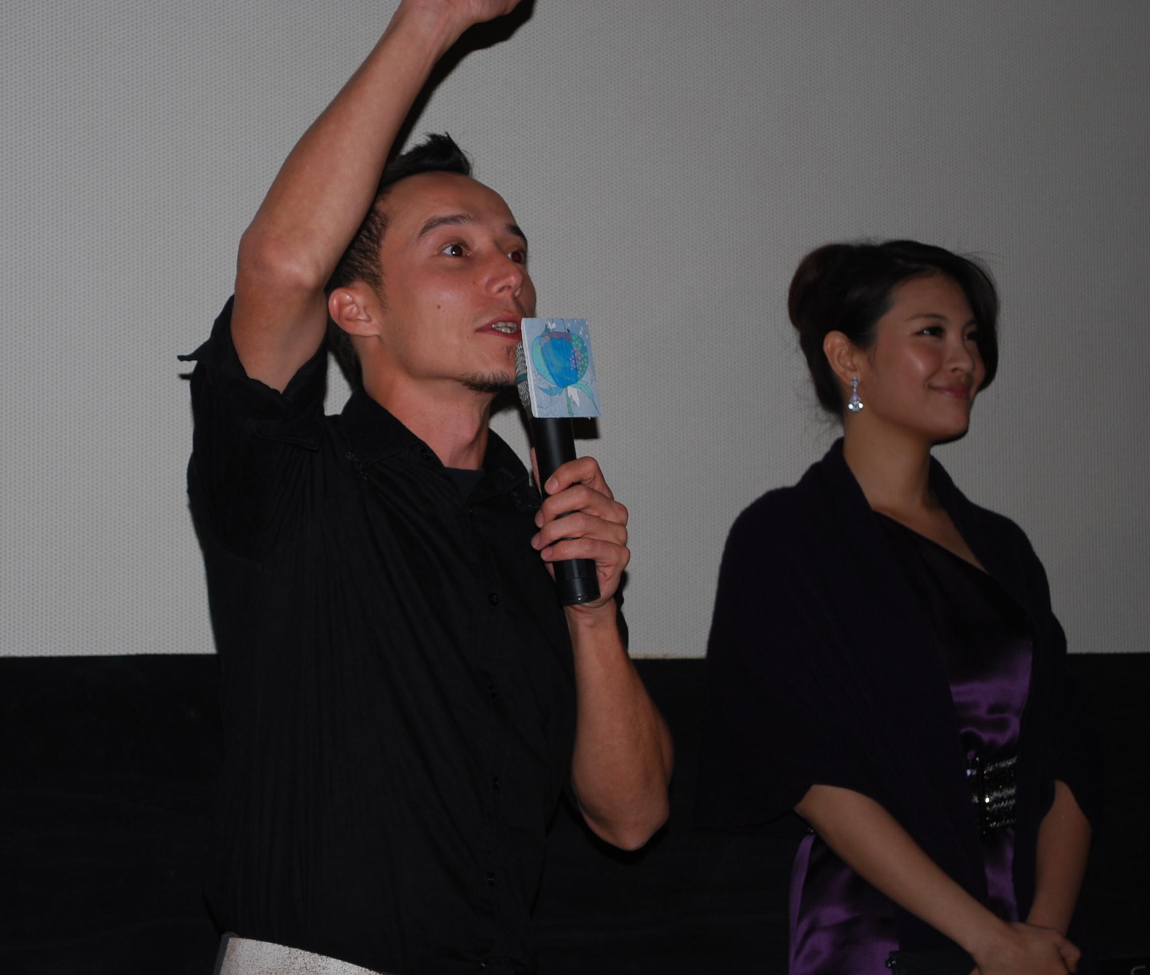 熱情的艾比頻頻對現場的菲律賓朋友打招呼