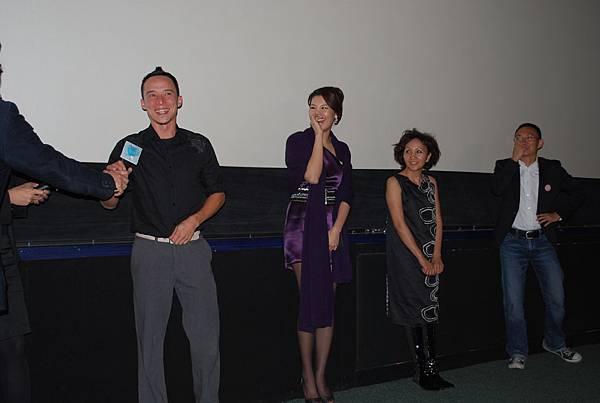 艾比逗趣的回答,不斷引起其他演員與現場觀眾們的歡笑連連
