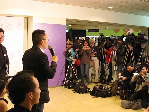 以多部短片於國際展露頭角的何蔚庭導演,引起台灣媒體的高度關注