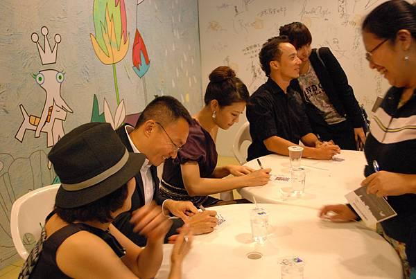 首映後,導演與演員們為滿足的影迷們簽名