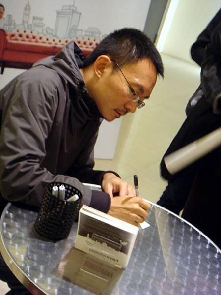 開心之餘還是很認真的把自己的中文名字簽完