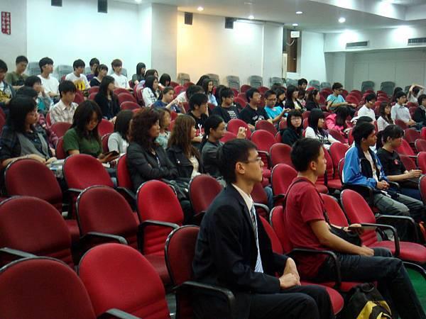 雖然我們的座談時間是辦在中午休息時段,還是有很多學生來參加^^