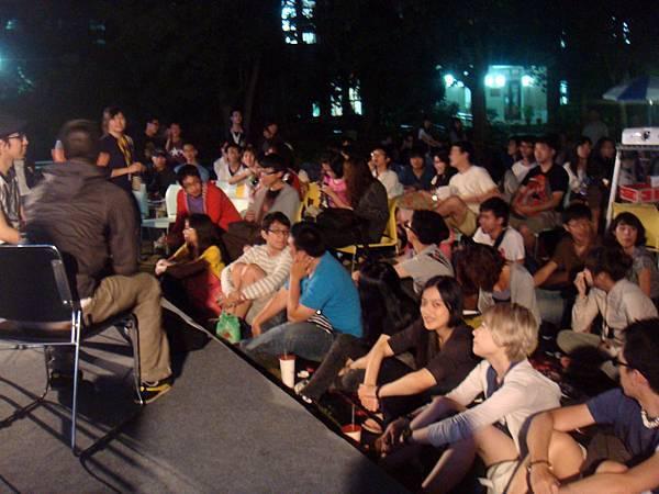 前面的搖滾區坐了滿滿的人~