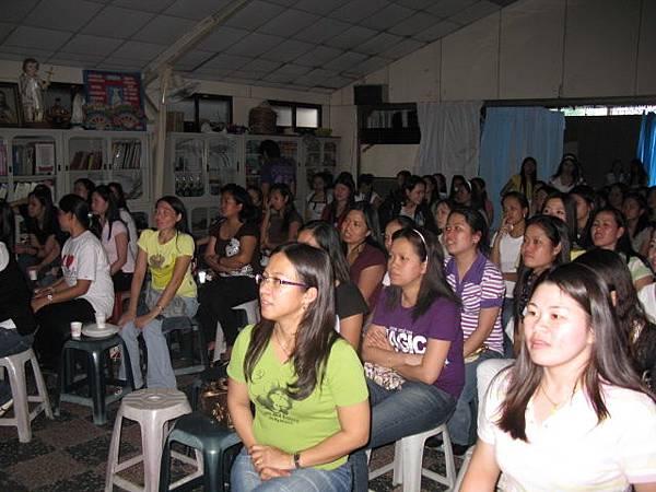 菲律賓移工朋友專注與開心地觀賞台北星期天.JPG