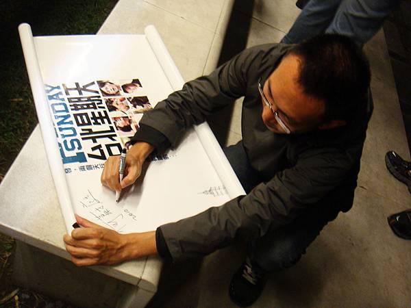 買海報套票的同學特地帶海報來給導演簽名呢!