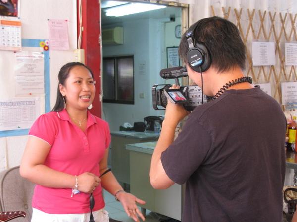 策展人陳文彬導演正在訪問菲律賓朋友的觀後心得.JPG