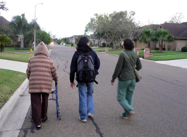 陪阿嬤散步(照片由喵哥提供)