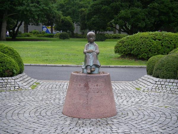 紅鞋女孩的銅像