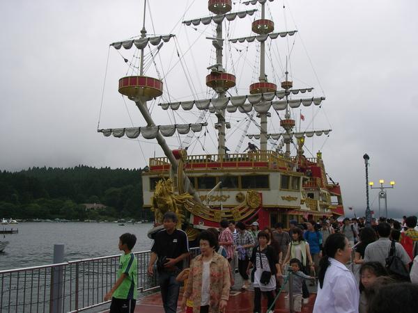 搭乘蘆之湖海盜船遊湖