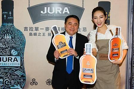 尚格酒業奚大寧董事長與活潑的吉拉女孩於活動背板前留影
